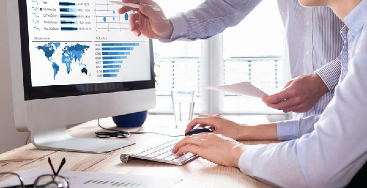 Business Analytics or Marketing: Which Is Right for Me? blog header - two businesspeople at a meeting